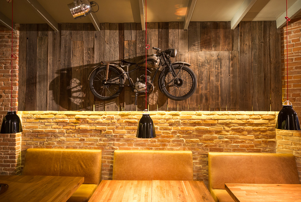 Motorciclete la Red Angus Steakhouse